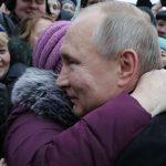 Путин обнял зарыдавшую бабушку ➤ Главное.net
