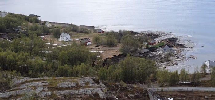 Оползень унес жилой поселок в море (видео) ➤ Главное.net