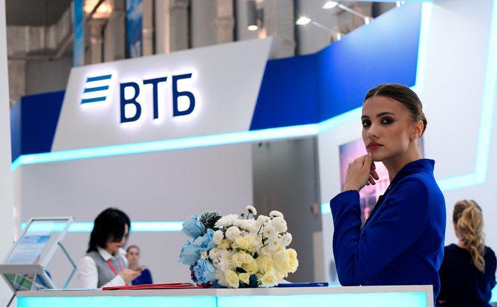 Яценюка без сил и в маске доставили в больницувћ¤ Главное.net
