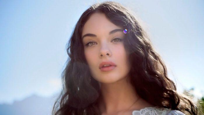 15-летняя дочь Моники Белуччи впервые снялась в купальнике для люксового бренда ➤ Главное.net