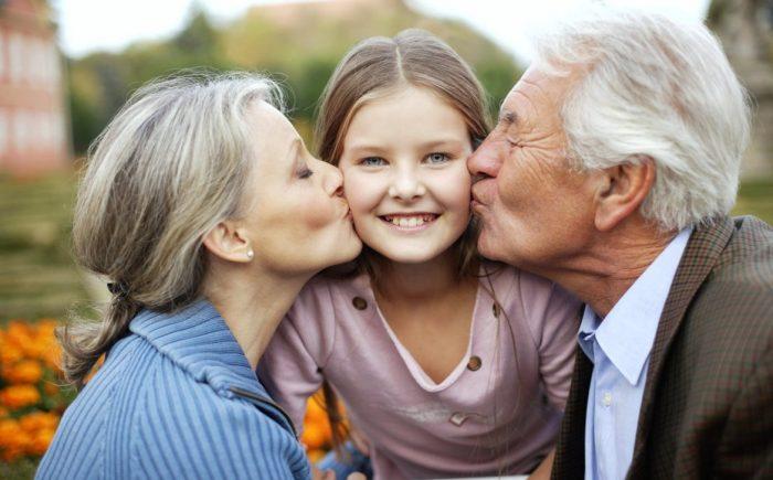 Права бабушек и дедушек на воспитание внуков хотят узаконить ➤ Главное.net