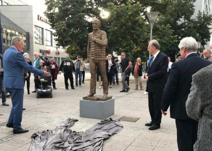 «В нерешительности с молоточком»: реакция Пушкова на памятник Горбачеву в Германии ➤ Главное.net