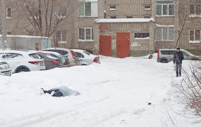 Шел и умер: новотройчане обнаружили труп во дворе ➤ Главное.net