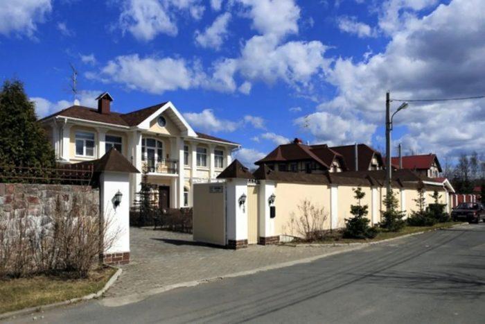 Где живет готический интеллектуал Александр Невзоров? 3